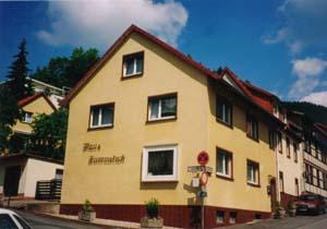 Haus Kummeleck im Sommer (Vorderansicht)